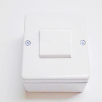 Neizmenična instal. sklopka-plastična za na zid 10A 250V-bela